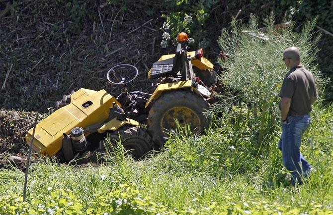 Un octogenario resulta herido tras volcar con su tractor en una finca de Cornazo (Pontevedra)