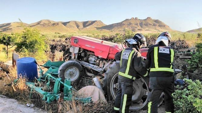 Muere un joven de 21 años al volcar el tractor que conducía en un camino agrícola