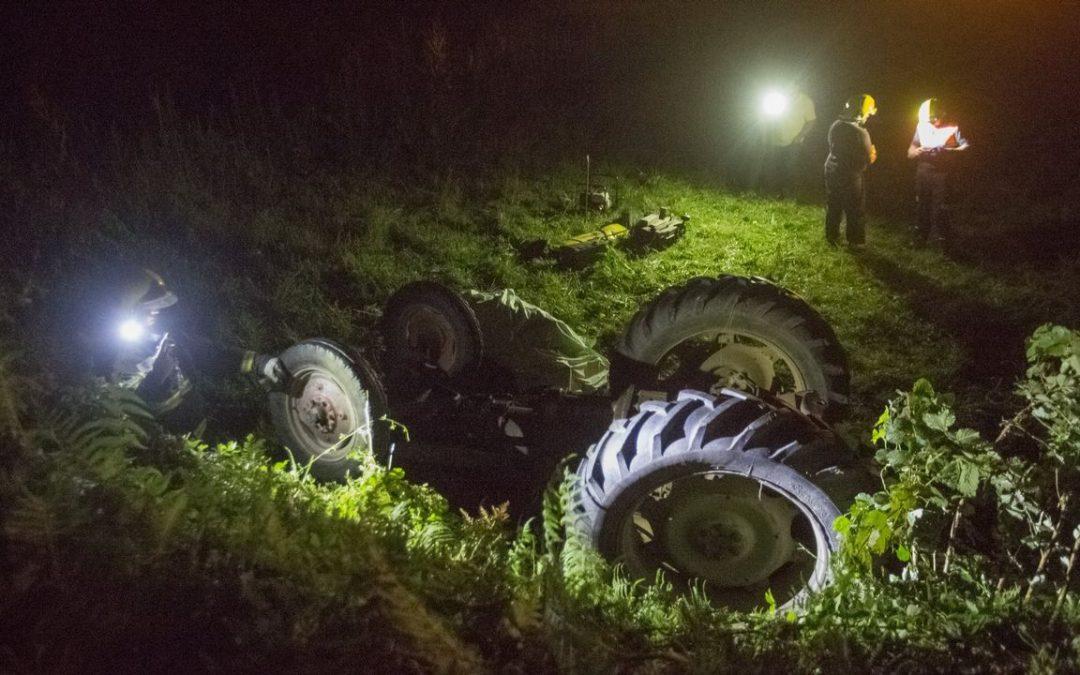 Rescatado el conductor atrapado en un agujero tras volcar su tractor