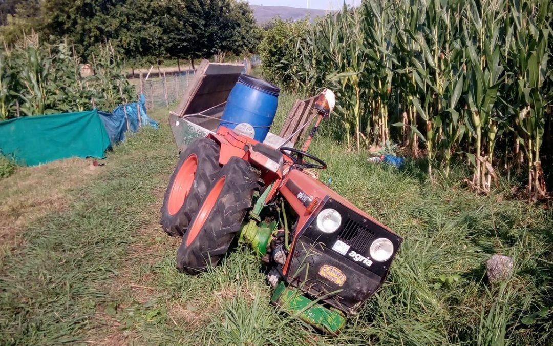 Herido un hombre de 77 años al volcar su tractor en Caldas de Reis