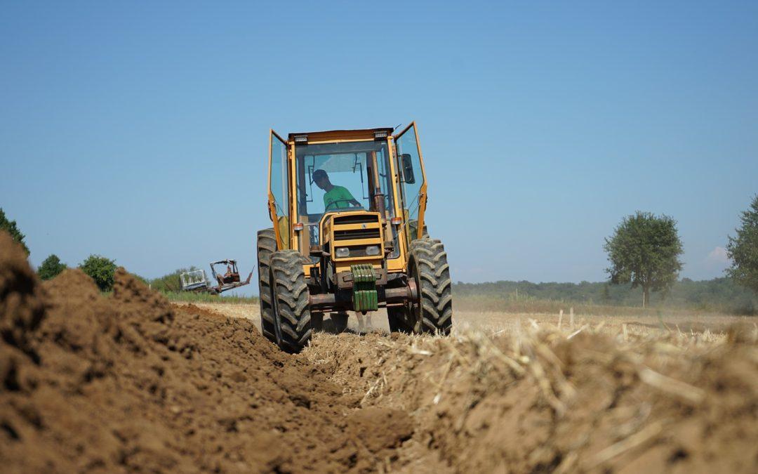 Un joven de 24 años resulta herido por vuelco de tractor en Cáceres